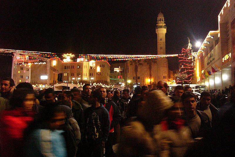 ベツレヘムのメンジャー(まぶね)広場で2004年に行われたクリスマスの祝祭(写真:Footballkickit)