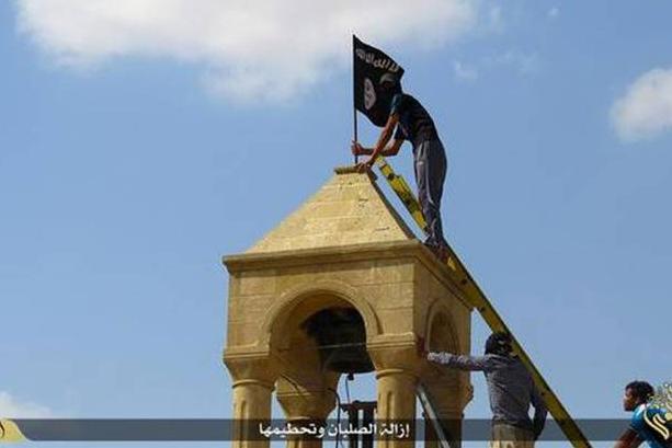イラク第2の都市モスルの教会にはためく過激派組織「イスラム国」(IS)の旗 (写真:ツイッターへの投稿より)