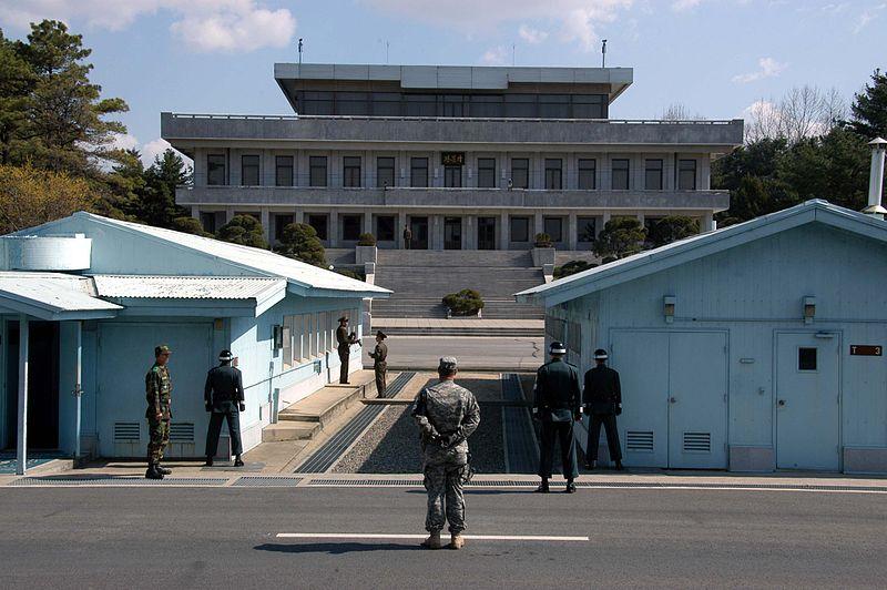 韓国側から北朝鮮側を見た板門店にある共同警備区域の様子。北朝鮮と韓国の軍人と米兵が写っている。(2007年、写真:Driedprawns)