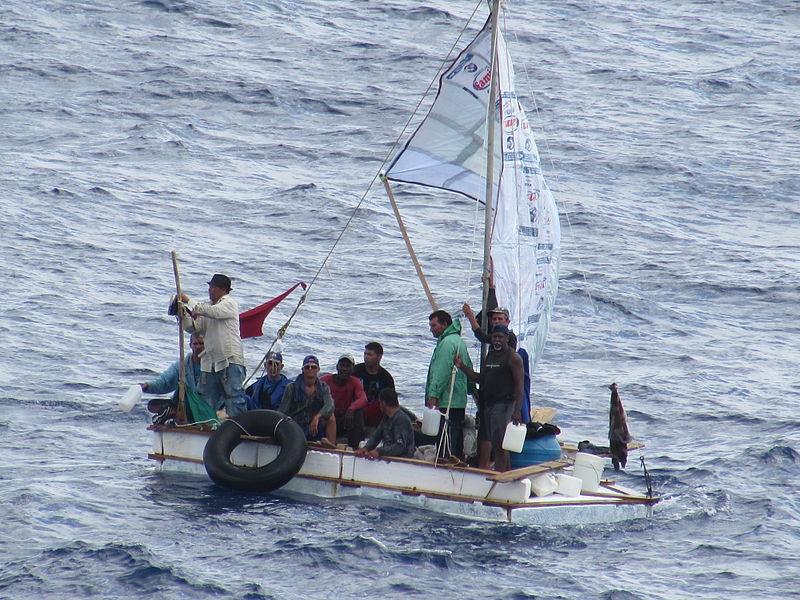 クルーズ船に救助されるキューバ難民(写真:Andrew Smith)