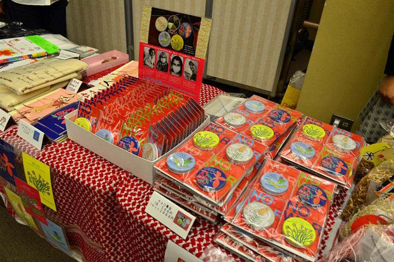 JIM−NETが2006年から取り組んでいる「チョコ募金」。イラクの子どもたちが描いた絵がデザインされた缶の中にチョコが入っている=26日、立教大学太刀川記念会館(東京都豊島区)で<br />