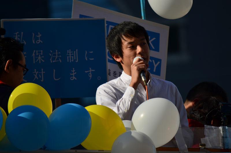 「市民連合」初の街頭演説 新春の新宿駅前に響く「民主主義ってなんだ?」