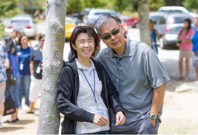 地元の町並みにて、藤本美奈子さん(左)とご主人のジェフさん