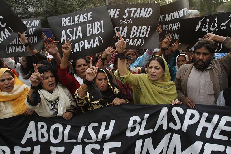 冒とく罪で死刑判決を受けたパキスタン人女性アーシア・ビビさんの解放を求めるデモ参加者=2010年11月21日、パキスタン東部のラホールで(写真:Mohsin Raza)