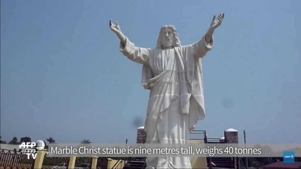 ナイジェリアで1日、アフリカ最大と見られる、高さ9メートルの白大理石でできたイエス・キリストの彫像が公開された。(写真:AFP通信社の動画スクリーンショット)