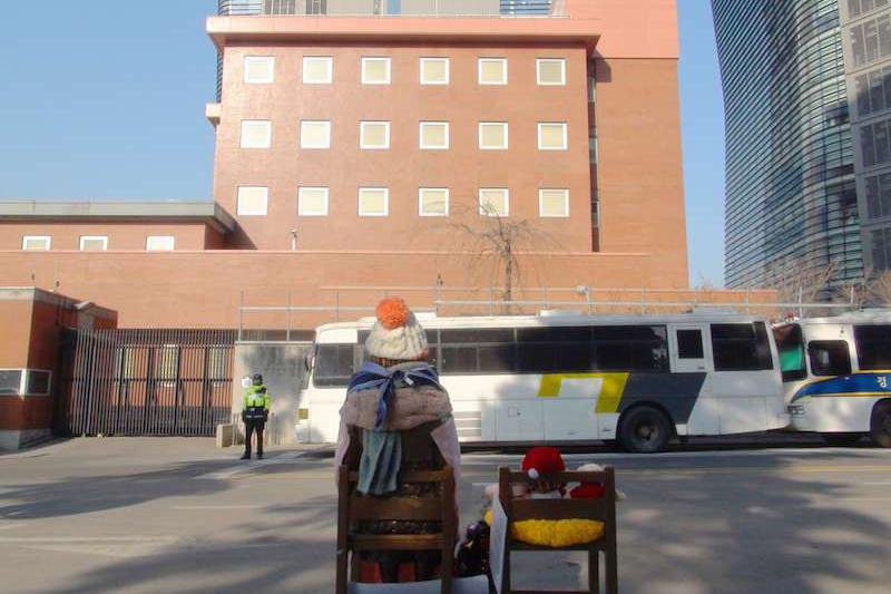 ソウルの日本大使館前に設置された慰安婦少女像。正面の建物が日本大使館=2012年1月(写真:Sakatori)