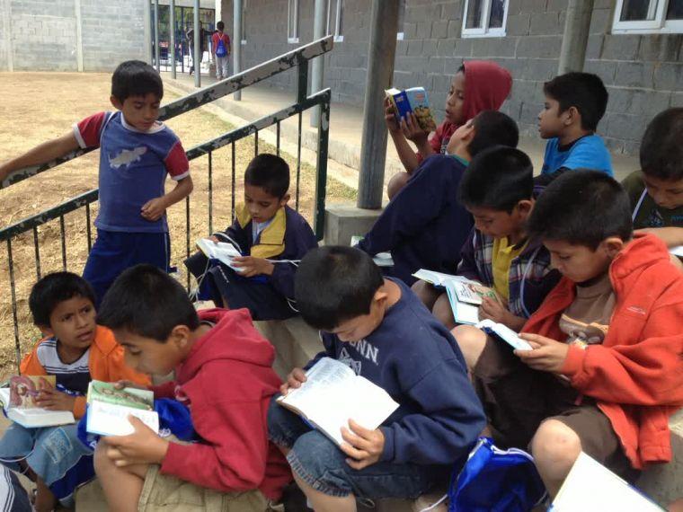 聖書を読むシェルター「Wings of Refuge」の子どもたち(写真:英国聖書協会)