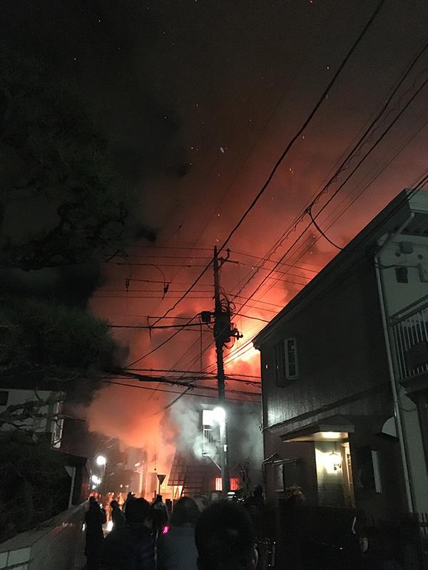 激しく炎が上がる現場付近(写真:ついっぷる(@Kiky_Kiki_KiKy)の投稿より)