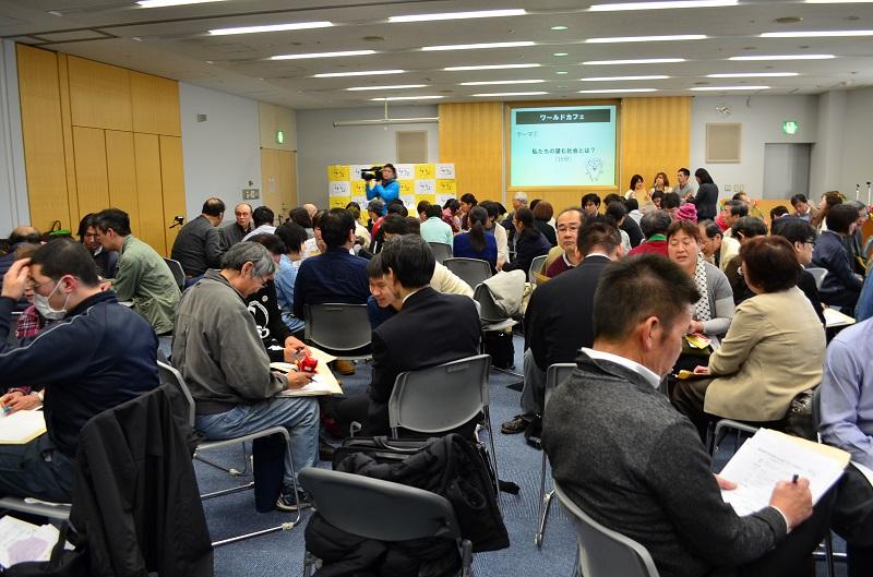 少人数のグループディスカッションで意見交換をする参加者=10日、千葉市中央区で