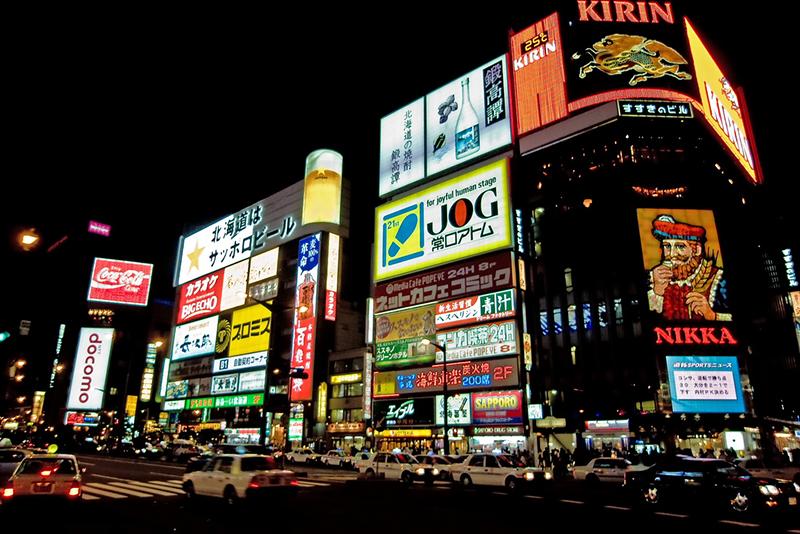 ネオンが光る札幌市中央区の繁華街「ススキノ」(写真:Takeshi Kawai)<br />