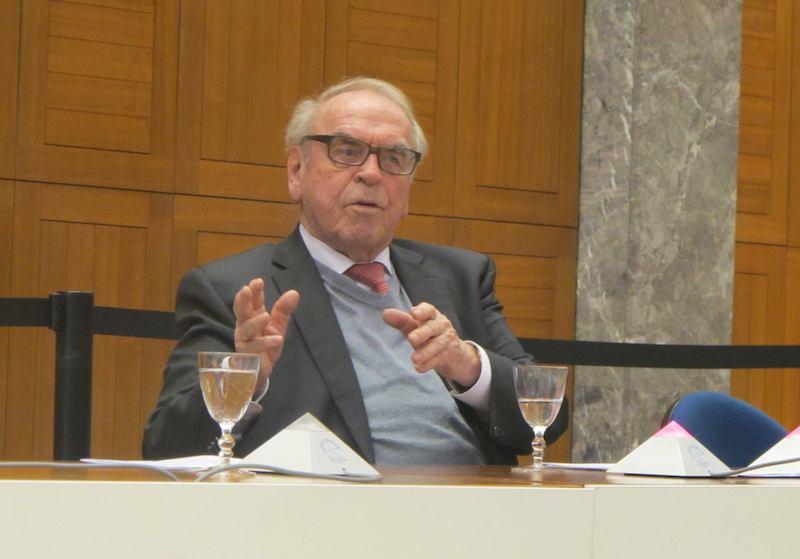世界教会協議会(WCC)のオフィスがあるジュネーブのエキュメニカル・センターで講演する、ドイツの神学者、ユルゲン・モルトマン氏(写真:WCC)<br />