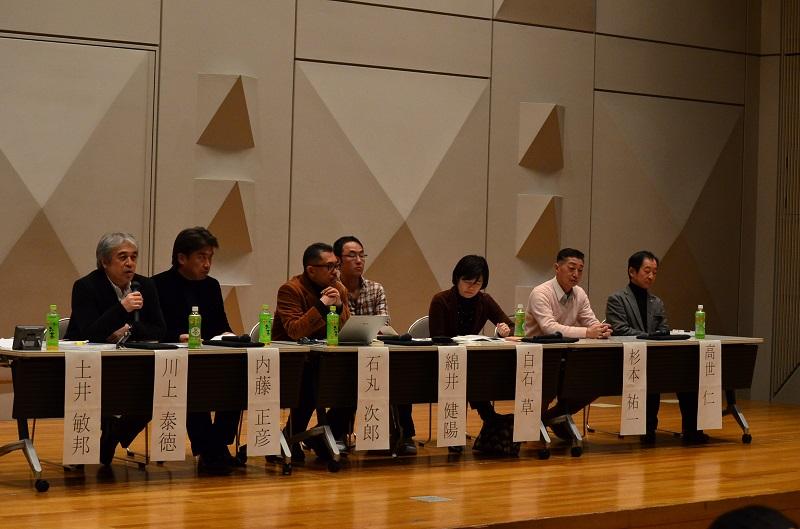 シンポジウムには、約140人が参加した。パネリストたちは、さまざまな議論を交わした=15日、都内で