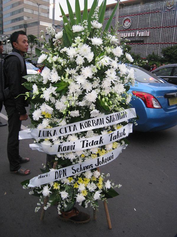 1月14日にジャカルタ中央部で起きたテロ襲撃事件の現場であるサリナ・ビルの前に置かれた追悼の花(写真:Gunawan Kartapranata)