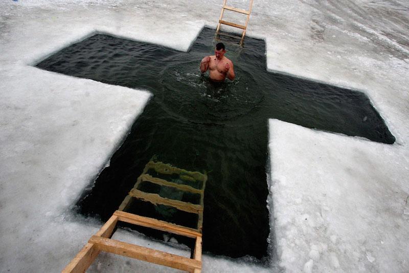 ロシアで神現祭 氷水に漬かる正教徒たち : 国際 : クリスチャントゥデイ