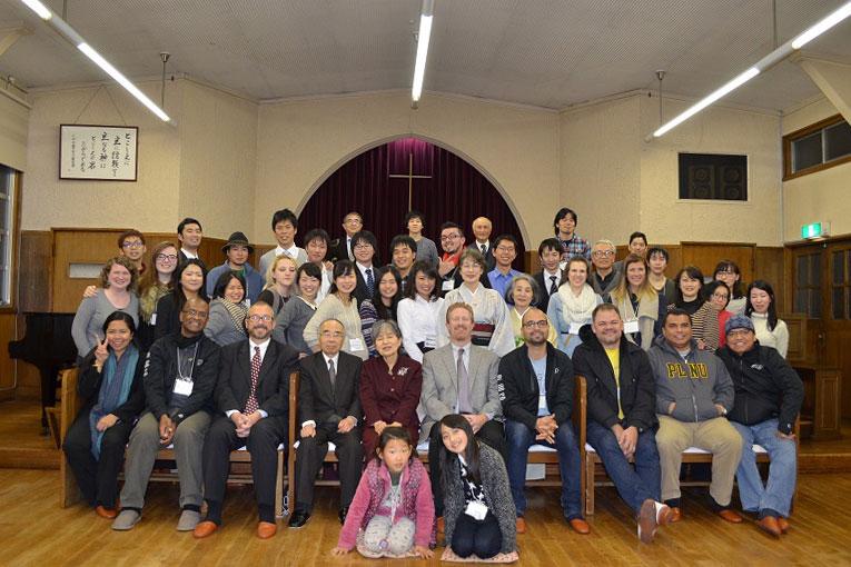 手巻き寿司パーティー後の集合写真におさまる青年たち=17日、東京都世田谷区の日本ナザレン教団尾山台教会で