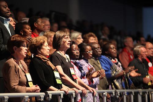 米合同メソジスト教会の総会で、開会礼拝中に賛美する参加者=2012年4月24日、米フロリダ州タンパで(写真:UMNS / Kathleen Barry)<br /> <br />