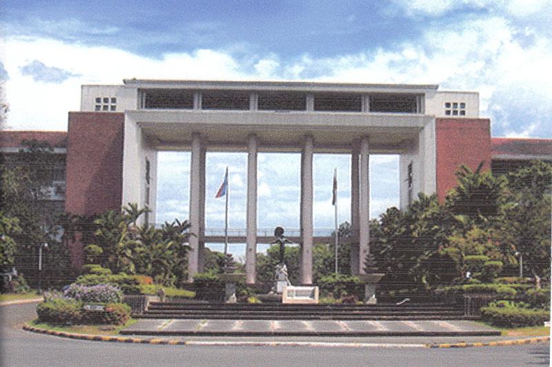 マニラの国立フィリピン大学の正門前