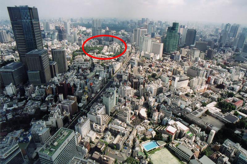 六本木ヒルズからの眺望。赤い枠内が米国大使館職員宿舎「テンプルタウンハウス」(写真:zenjiro)<br />