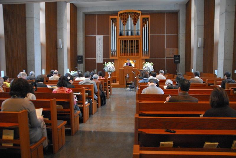拍手で集会宣言を採択する、「外国人住民基本法」の制定を求める第30回全国キリスト者集会の参加者たち=1月30日、日本基督教団聖ヶ丘教会(東京都渋谷区)で