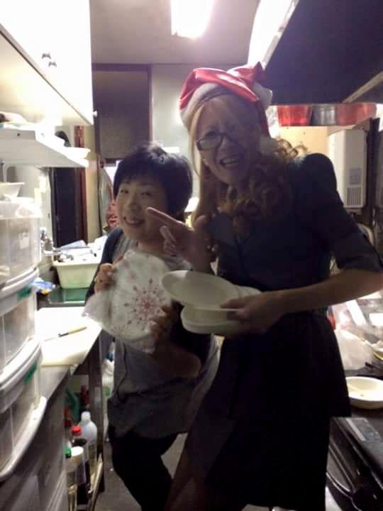 大好きな罪友姉妹と一緒に食事の奉仕。奉仕の時間が楽しいと話す。