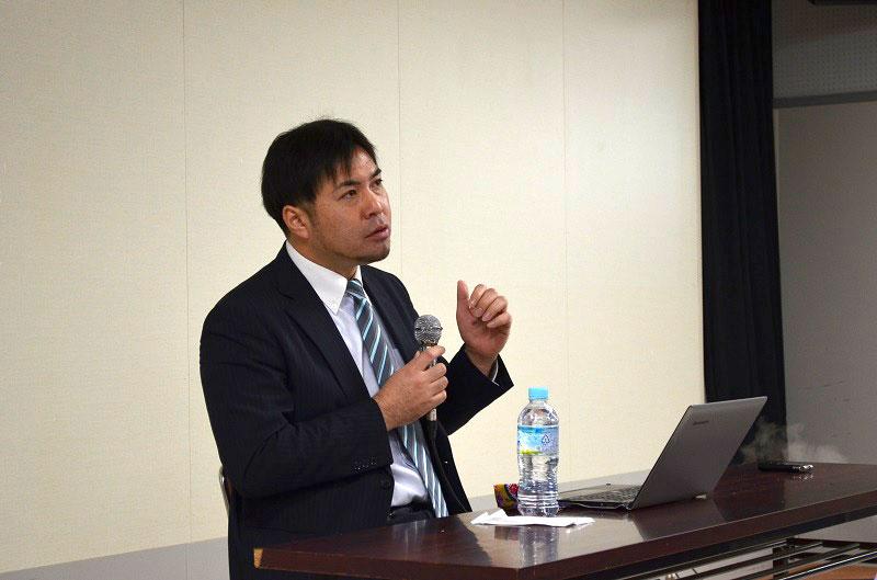 講演する野田詠氏(えいじ)牧師。子育て中の母親、父親たちが熱心に講演に聞き入った=1月28日、東京キリスト宣教教会(西東京市)で