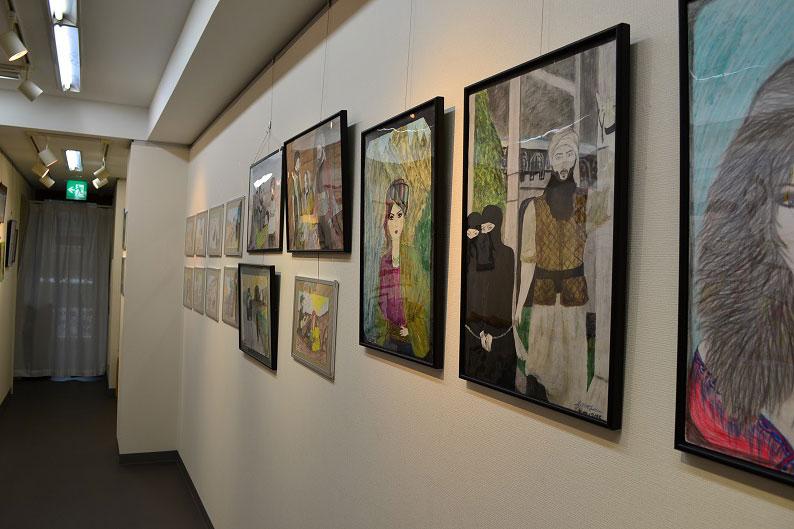 ISから逃れたヤジディ教徒の子どもたちが描いた絵を展示 いのちの花展