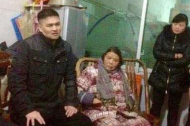 黒監獄から解放された直後の黄益梓氏(左)(写真:チャイナエイド)
