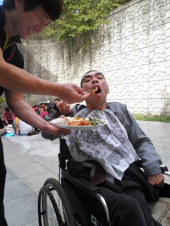 食事介助を手伝ってくれたテゼ・アジア大会に参加した韓国の若者と
