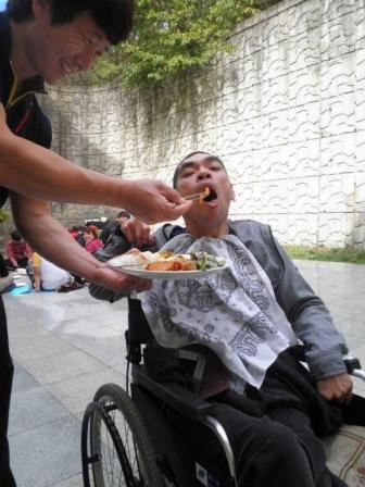 脳性麻痺と共に生きる(5)韓国の空港で 有田憲一郎