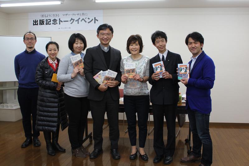 片柳弘史神父(写真中央左)とフォトグラファーの石田美菜子氏(同右)=13日、援助修道会(東京都新宿区)で