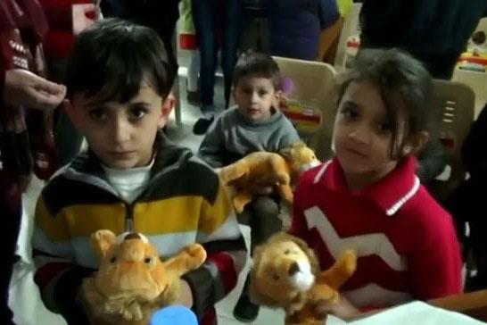 リーディング・ザ・ウェイは、福音のメッセージが込められたおもちゃを子どもたちに与えている。(写真:リーディング・ザ・ウェイ)