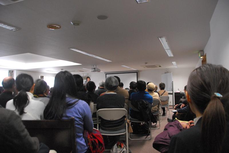 講演に耳を傾ける参加者たち=11日、東京都武蔵野市で