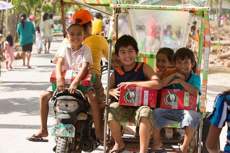 日本で集められたシューボックスは全てフィリピンの子どもたちに贈られている。子どもたちの笑顔を思い浮かべながらプレゼントを詰めていくのは、贈り手にとっても楽しい時間だ。(写真:サマリタンズ・パース提供)