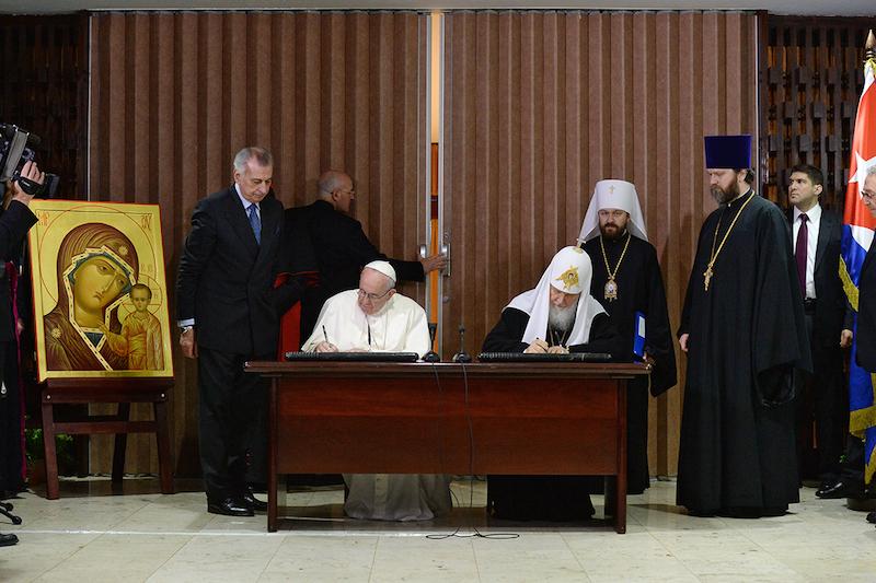 共同宣言に署名する、ローマ・カトリック教会の教皇フランシスコ(中央左)と、ロシア正教会のモスクワおよび全ロシアのキリル総主教(中央右)(写真:ロシア正教会)