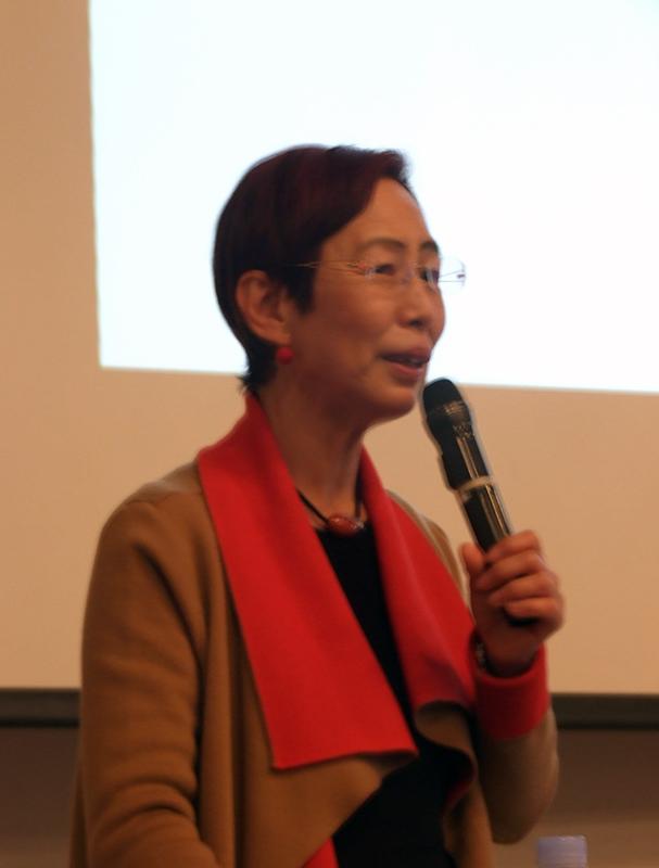 講演する上野千鶴子さん=21日、大阪YWCA(大阪市北区)で