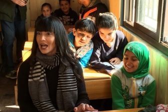 戦争で引き裂かれたシリアから脱出した難民の子どもたちにキリスト教テレビ局が希望を与える