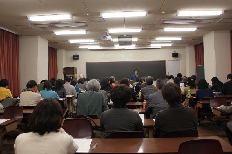 講演に耳を傾ける参加者たち=2月20日、明治学院大学(東京都目黒区)で