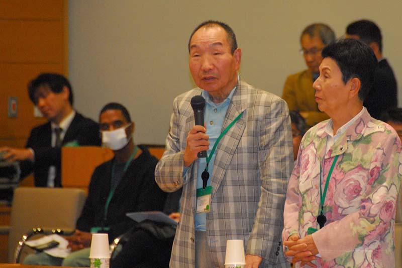 釈放後、死刑を考える国際シンポジウムで発言する袴田巖さん(中)と、袴田さんの姉の秀子さん(右)=2014年10月23日、衆議院第1議員会館(東京都千代田区)で