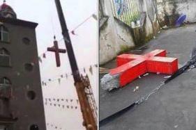 中国浙江省の教会から十字架を撤去するクレーン=写真左と、撤去され地面におかれたコンクリート製の十字架=同右(写真:YouTubeのスクリーンショット)