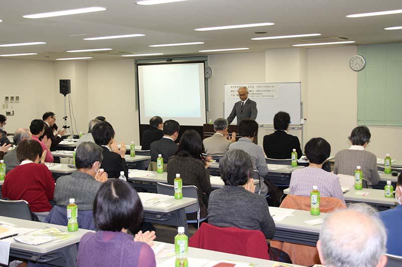 講演に耳を傾ける参加者たち=4日、名古屋市で