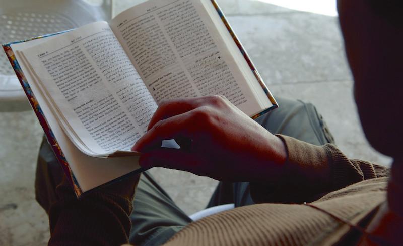 シリアで英語とアラビア語の聖書を読むキリスト教徒(写真:聖書協会世界連盟提供)