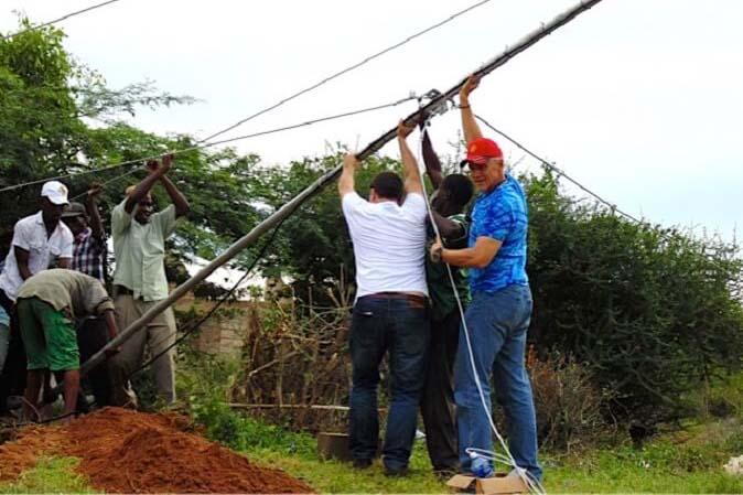 地域初のラジオ局設立を支援する「リーチ・ビヨンド」のサブサハラ・アフリカ支部長リー・ソニウス氏。「リーチ・ビヨンド」は、ケニアで5カ所、アフリカ全土で100カ所のラジオ局を設立した=2015年5月9日(写真:リーチ・ビヨンド)