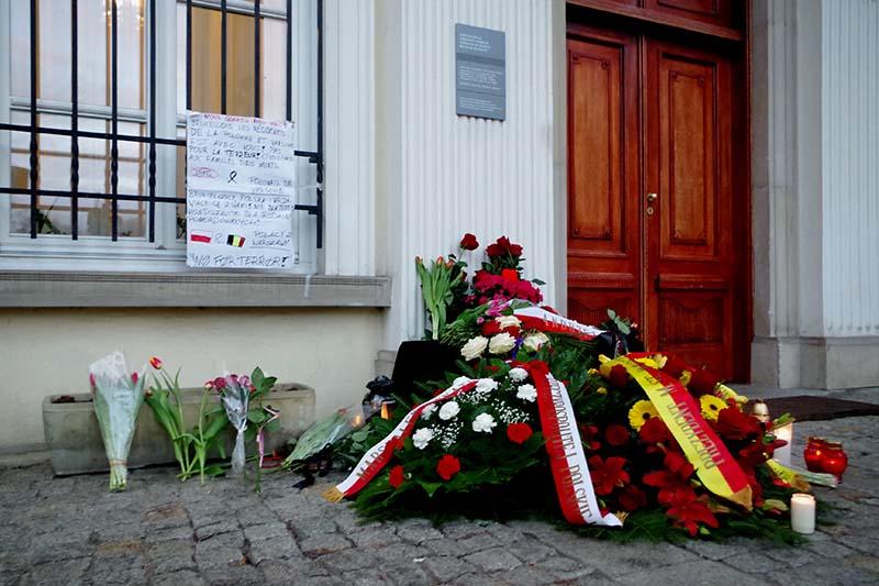 ポーランドの首都ワルシャワにあるベルギー大使館にささげられた花=22日(写真:Mateusz Opasiński)