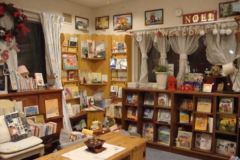 著者の高津恵子さんは、「おとなのための絵本」をコンセプトにした小さな絵本屋「ノエル(NOEL)」(長野県佐久市)の店主で、まさに絵本のプロフェッショナルだ(写真:高津恵子さん提供)