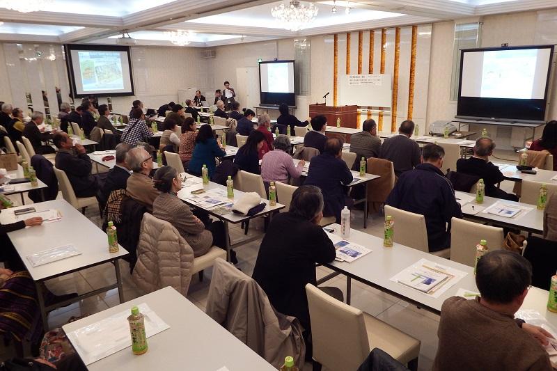 会場には50人以上の参加者が集まり、新翻訳事業に関するさまざまな質問や意見が出された=11日、メルパルク横浜(横浜市中区)で