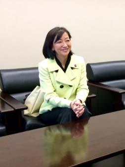 平和への思いを語る牧山ひろえ参議院議員。米国弁護士経験もある国際派だ=3月、東京都千代田区の議員会館で