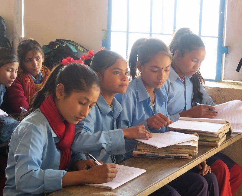 仮設教室で勉強する生徒たち(写真:チャイルド・ファンド・ジャパン)