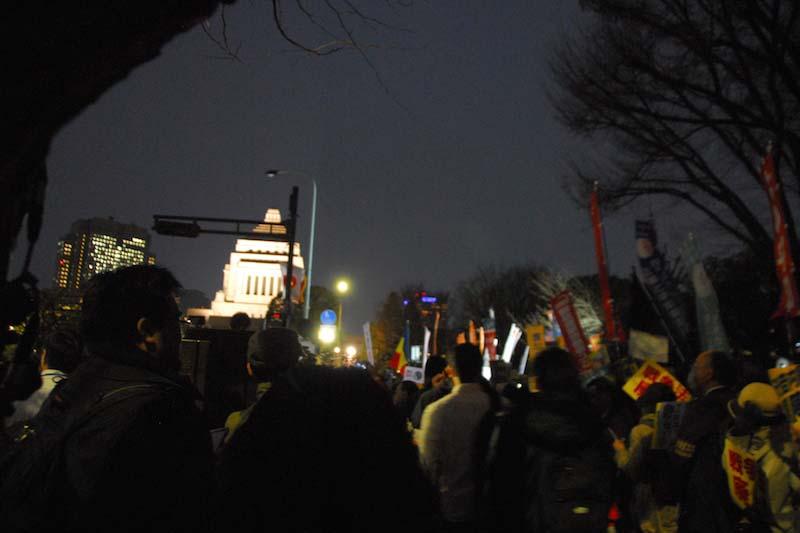29日午後6時半より開かれた「戦争法発動反対!戦争する国許さない 3・29閣議決定抗議!国会正門前大集会」の正門前付近の様子。主催者発表で3万7千人が参加し、日本カトリック正義と平和協議会(写真右の青い旗)のほか、「平和を実現するキリスト者ネット(キリスト者平和ネット)」や日本バプテスト連盟、立教大学などの旗も見られた。
