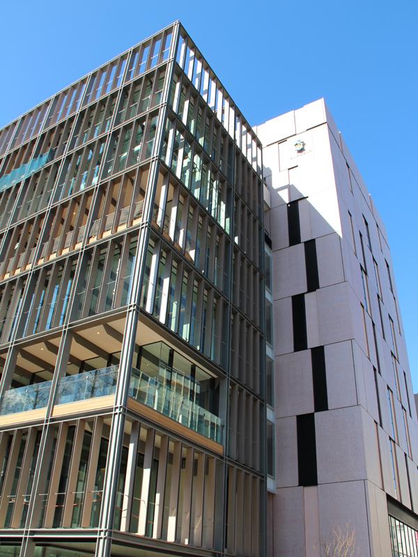 1日にオープンした新校舎「大村進・美枝子記念 聖路加臨床学術センター」(写真:聖路加国際大学提供)