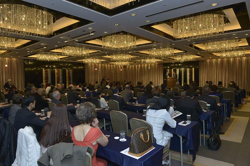 講演に耳を傾ける参加者たち=3月25日、東京都新宿区の京王プラザホテルで